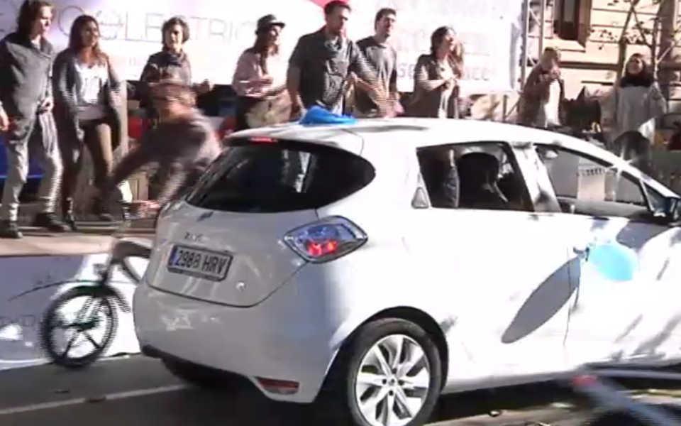 El e-Concierto en directo con coches cerca del escenario